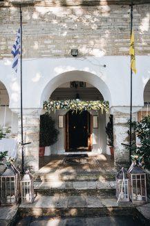 Υπέροχος στολισμός εκκλησίας με λευκά λουλούδια