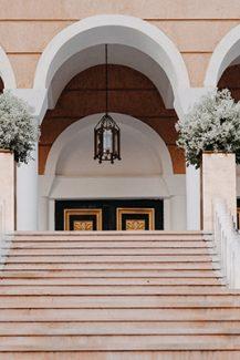 Ονειρικος στολισμος εκκλησιας με εντυπωσιακες ανθοστηλες απο γυψοφυλλη