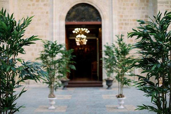 romantic-elegant-fall-wedding-nicosia-white-flowers-greenery_17