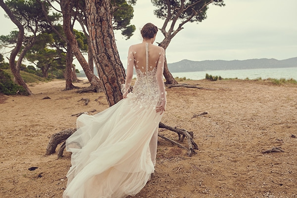 Εντυπωσιακά νυφικά φορέματα με ανοιχτή πλάτη