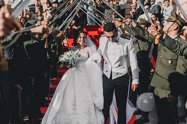 Ανοιξιάτικος στρατιωτικός γάμος στην Λεμεσό με λευκά άνθη και ρομαντικές λεπτομέρειες | Μιχαέλλα & Παναγιώτης