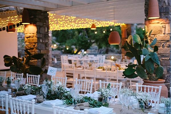 Υπέροχες ιδέες διακόσμησης για έναν καλοκαιρινό γάμο σε νησί με λινάτσα και λευκά άνθη