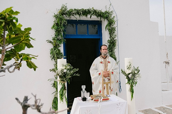 beautiful-summer-island-wedding-decoration-ideas-burlap-white-flowers_05x