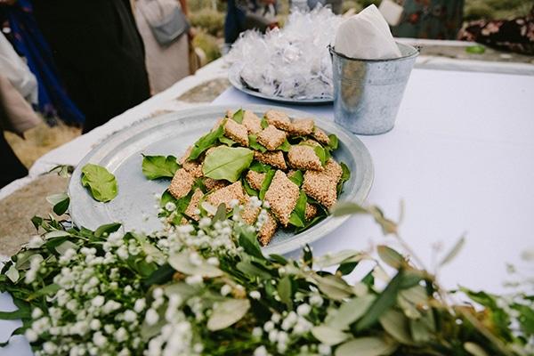 beautiful-summer-island-wedding-decoration-ideas-burlap-white-flowers_09