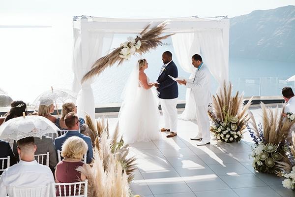 Μοντέρνος καλοκαιρινός γάμος στην μαγευτική Σαντορίνη με pampas grass kai bohemian λεπτομέρειες │ Leanne & Cecil