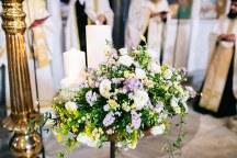 Ομορφος στολισμος λαμπαδων στην εκκλησια με λουλουδια