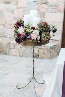 Μοντέρνος στολισμός εκκλησίας με λουλούδια σε έντονες αποχρώσεις