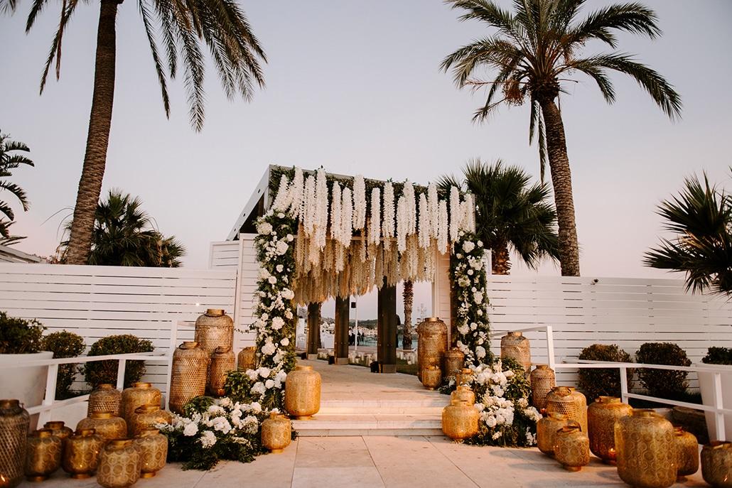 Εντυπωσιακός στολισμός καλοκαιρινού γάμου με λευκά λουλούδια και ρομαντικές λεπτομέρειες