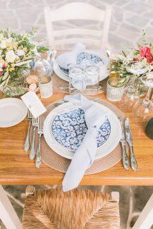 Ρομαντικος στολισμος τραπεζιων δεξιωσης γαμου με λουλουδια του αγρου