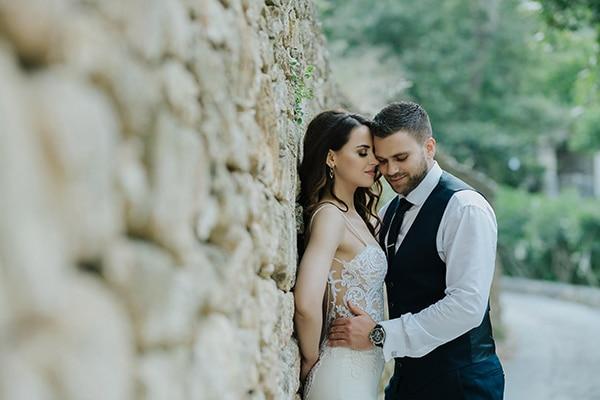 Υπαίθριος καλοκαιρινός γάμος στην Κρήτη σε λευκές και χρυσές αποχρώσεις │ Κατερίνα & Νίκος