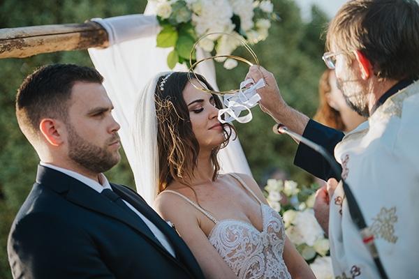 outdoor-summer-wedding-crete-white-gold-hues_17