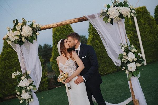 outdoor-summer-wedding-crete-white-gold-hues_21