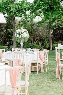 Ρομαντικος στολισμος δεξιωσης γαμου με λευκα λουλουδια