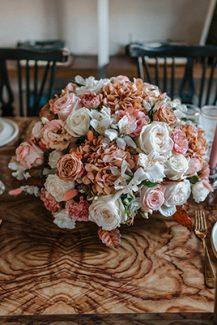 Ρομαντικος στολισμος τραπεζιων δεξιωσης με λουλουδια σε peach αποχρωσεις
