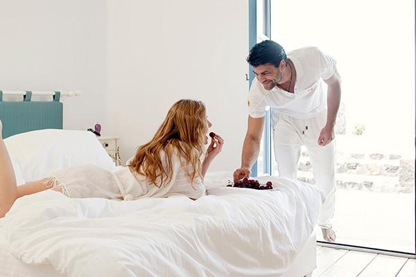 unforgettable-honeymoon-magical-luxury-villas-spa-santorini-island_08X