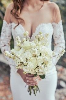 Ασυμμετρη λευκη νυφικη ανθοδεσμη