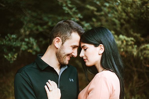 romantic-engagement-shoot-in-nature-_02x