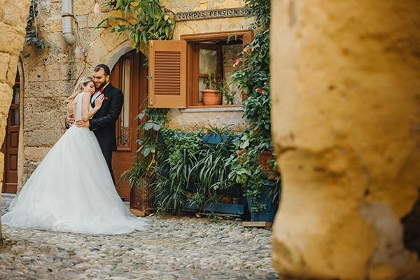 romantic-fall-wedding-rhodes-white-hues-elegant-gold-details--_35x