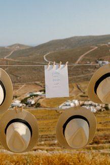 Πρωτότυπη ιδέα διακόσμησης με κρεμαστά καπέλα για έναν καλοκαιρινό γάμο