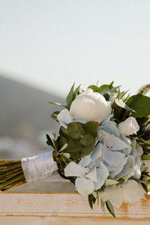 Νυφική ανθοδέσμη σε λευκές και γαλάζιες αποχρώσεις