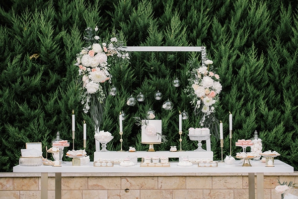 Elegant dessert table με χρυσες λεπτομερειες