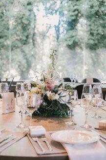 Ρομαντικα centerpieces με ασσυμετρα λουλουδια