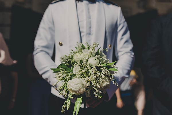 Νυφική ανθοδέσμη με λευκά άνθη και πρασινάδα