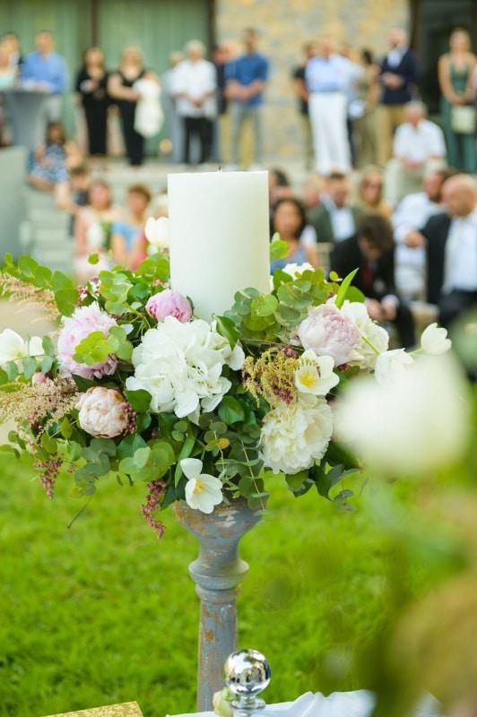 Πανέμορφος στολισμός λαμπάδας γάμου σε παστέλ αποχρώσεις σε συνδυασμό με φύλλα ευκαλύπτου