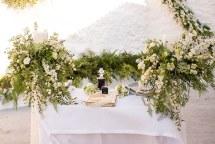 Στολισμος λαμπαδας με πλουσια πρασιναδα και λευκα λουλουδια
