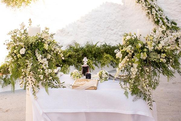 Στολισμός λαμπάδας με πλούσια πρασινάδα και λευκά λουλούδια