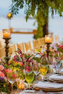 Colorful στολισμός δεξίωσης για έναν garden theme wedding