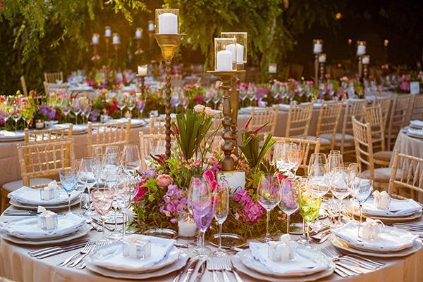Μοντέρνος στολισμός τραπεζιών δεξίωσης γάμου με έντονα χρώματα, λουλούδια και κεριά