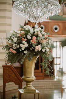 Εlegant στολισμος εκκλησιας με χρυσους αμφορεις και λουλουδια