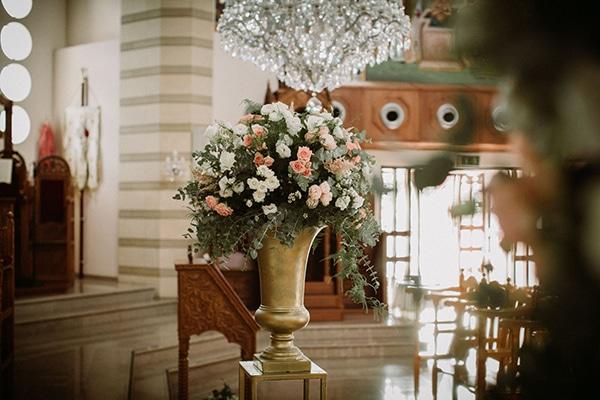 Εlegant στολισμός εκκλησίας με χρυσούς αμφορείς και λουλούδια