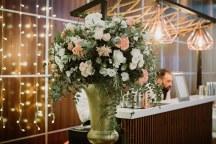 Elegant στολισμος δεξιωσης γαμου με χρυσα βαζα και λουλουδια σε peach και λευκο