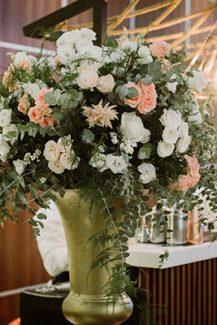 Elegant στολισμός δεξίωσης γάμου με χρυσά βάζα και λουλούδια σε peach και λευκό