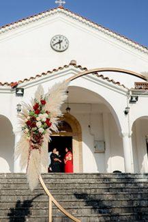 Elegant στολισμός για το προαύλιο εκκλησίας με full moon χρυσή αψίδα διακοσμημένη με άνθη