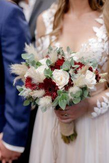 Νυφική ανθοδέσμη με ζέρμπερες και λευκά τριαντάφυλλα