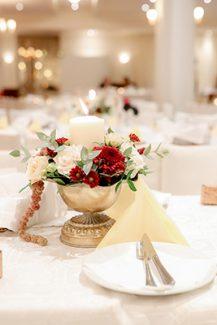 Μοντέρνος στολισμός τραπεζιών δεξίωσης γάμου σε μπορντό και χρυσές αποχρώσεις
