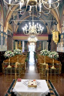 Elegant στολισμος εκκλησιας με χρυσα stands και λουλουδια