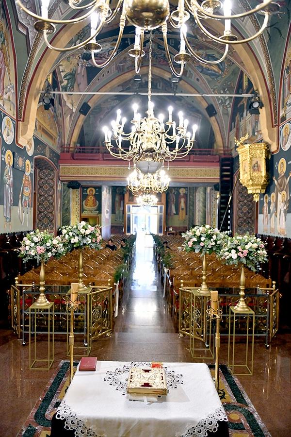 Elegant στολισμός εκκλησίας με χρυσά stands και λουλούδια