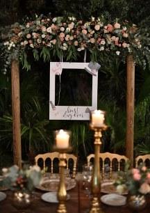 Ρουστικ στολισμος δεξιωσης γαμου με ξυλινη αψιδα και λουλουδια
