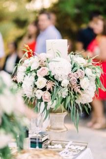 Ομορφος στολισμος λαμπαδας με πρασιναδα και λουλουδια σε παστελ αποχρωσεις