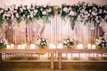 Ρομαντικος παραμυθενιος στολισμος δεξιωσης γαμου με πλουσιες ανθοσυνθεσεις και πολλα κερια