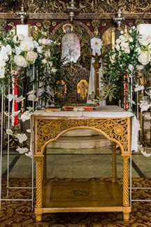Στολισμος εκκλησιας με ψηλα silver stands και λευκα λουλουδια