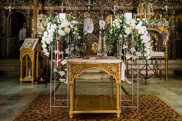 Στολισμός εκκλησίας με ψηλά silver stands και λευκά λουλούδια