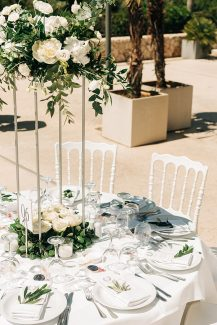 Υπέροχα centerpieces από ελιά, τριαντάφυλλα και ορχιδέες σε ψηλά silver stands