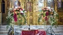 Στολισμος λαμπαδας για τελετη γαμου με κρεμαστες συνθεσεις λουλουδιων σε εντονες αποχρωσεις