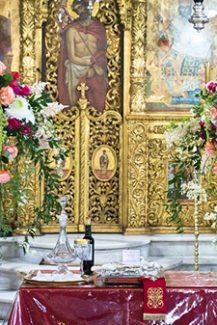 Στολισμός λαμπάδας για τελετή γάμου με κρεμαστές συνθέσεις λουλουδιών σε έντονες αποχρώσεις