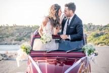 Πρωτοτυπη ιδεα για φωτογραφιση γαμπρου και νυφης σε vintage αυτοκινητο